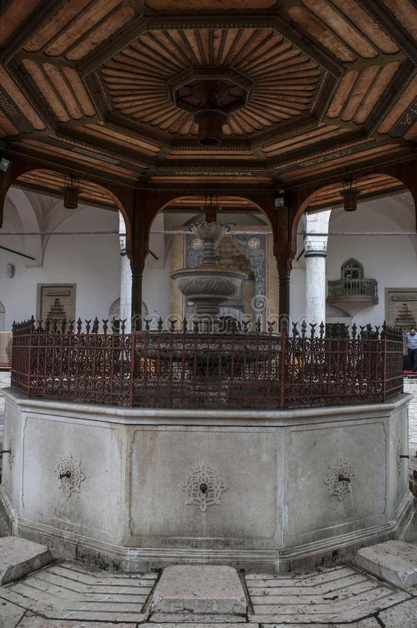 Sarajevo, Bósnia e Herzegovina, Gazi Husrev-imploram a mesquita, ablução, fonte, pátio, Corão, Alcorão, de madeira, miradouro, me fotografia de stock
