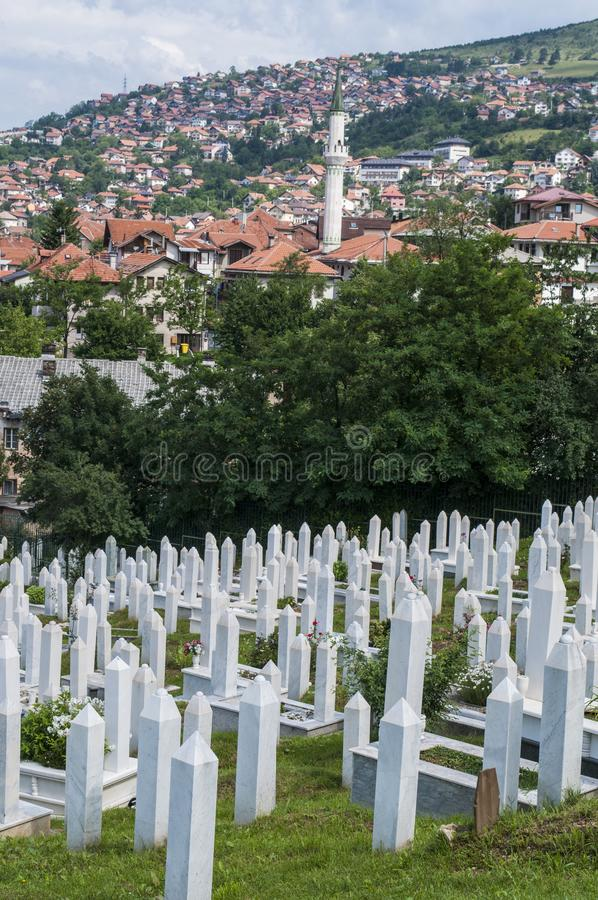 Sarajevo, Bósnia e Herzegovina, skyline, cemitério, Sehidsko Mezarje Kovaci, soldados, forças armadas, guerra bosniana, grama, vi foto de stock
