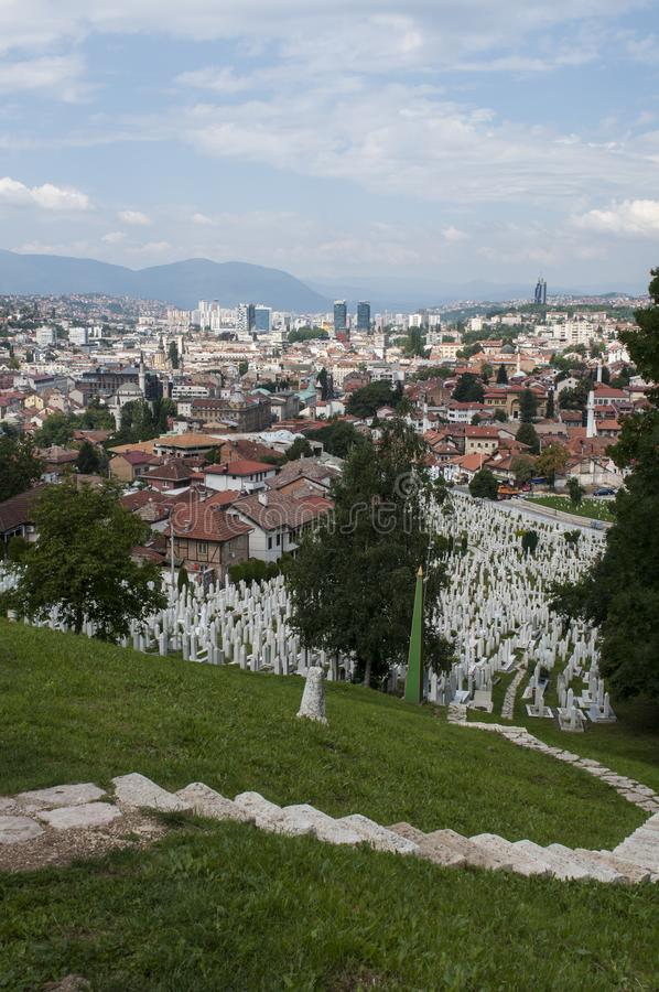 Sarajevo, Bósnia e Herzegovina, skyline, cemitério, Sehidsko Mezarje Kovaci, soldados, forças armadas, guerra bosniana, grama, vi fotografia de stock