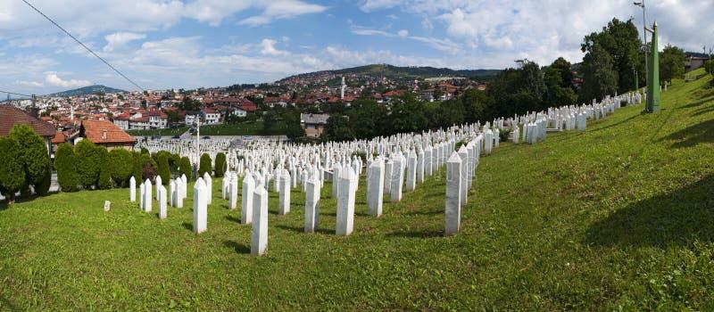 Sarajevo, Bósnia e Herzegovina, skyline, cemitério, Sehidsko Mezarje Kovaci, soldados, forças armadas, guerra bosniana, grama, vi fotos de stock royalty free