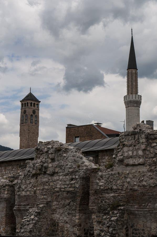 Sarajevo, Bośnia i Herzegovina, Bascarsija, Zegarowy wierza, Gazi Błagamy meczet, Taslihan, karawanseraj zdjęcie stock