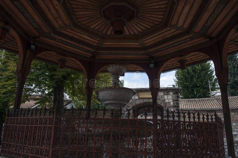 Sarajevo, Bośnia i Herzegovina, Gazi Błagamy meczet, ablucja, fontanna, podwórze, koran, Koran, drewniany, gazebo, meczet zdjęcie stock