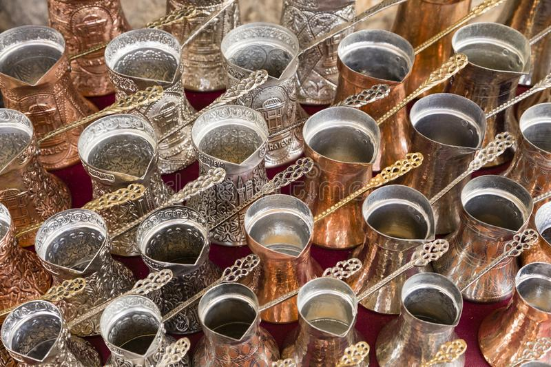 Sarajevo, Bosnië - Herzegovina, 16 Juli 2017: Traditioneel handcrafted koffiepotten royalty-vrije stock foto's