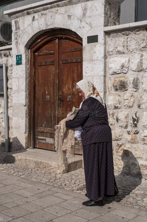 Sarajevo, Bosnia-Erzegovina, Bascarsija, vicinanza, vecchia città, distretto, quadrato, la gente, bazar, mercato, donna immagine stock