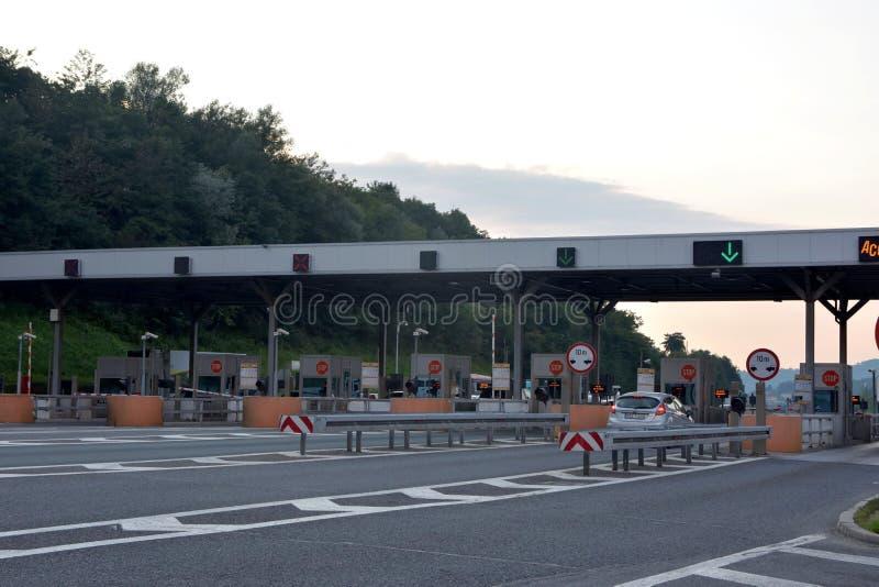 Sarajevo, Bosnia-Erzegovina, immagine del sistema del veicolo del tributo di paga sulla strada della strada principale immagini stock