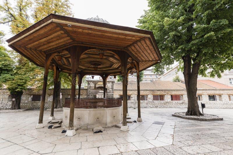 Sarajevo, Bosnien Herzegovina, am 16. Juli 2017: Der Brunnen im Hof von Gazi Husrev-bitten Moschee stockfotos