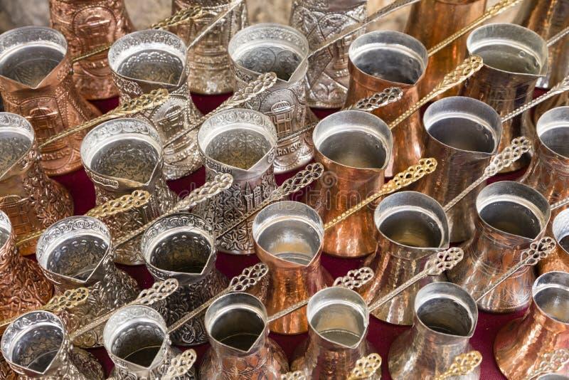 Sarajevo, Bosnien Herzegovina, am 16. Juli 2017: Traditionelle handgefertigte Kaffeetöpfe lizenzfreie stockfotos