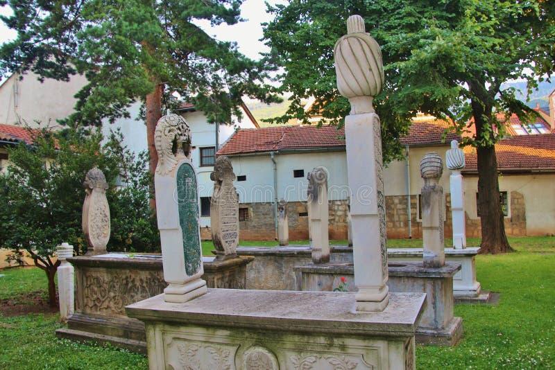 Sarajevo: De oude graven in de tuin van Gazi husrev-bedelen moskee royalty-vrije stock foto