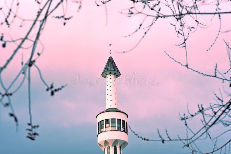 Sarajevo, Europa 09 02 2018, Bild des weißen Moscheenminaretts gegen Sonnenunterganghimmel stockfoto