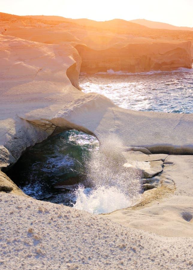 Sarakiniko strand på solnedgången royaltyfri bild