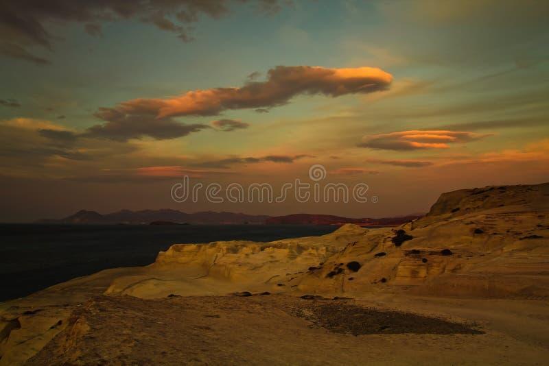 Sarakiniko strand på solnedgången royaltyfri fotografi