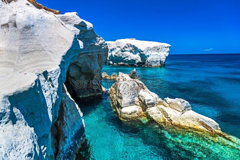 Sarakiniko vaggar, Milos ön, Cyclades, Grekland royaltyfria bilder