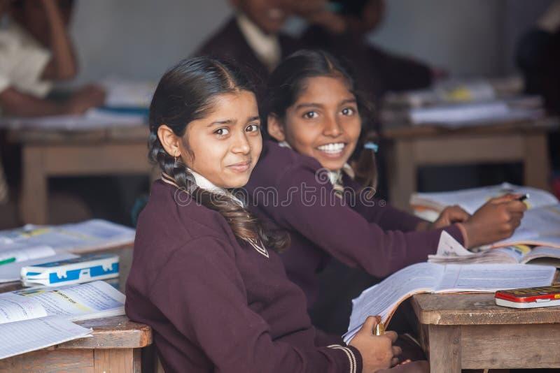 SARANATH, ÍNDIA 3 DE DEZEMBRO DE 2012 : Os estudantes indianos não identificados na sala de classe em Saranath tailandês educam e fotografia de stock