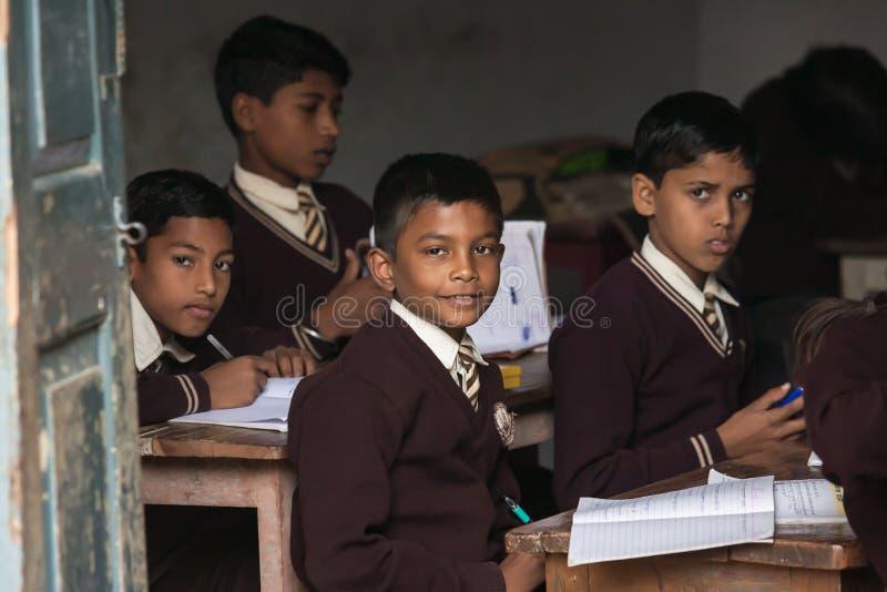 SARANATH, 03 INDIA-DECEMBER, 2012 : De niet geïdentificeerde Indische studenten bij de klassenruimte in Thaise Saranath-school op stock afbeelding