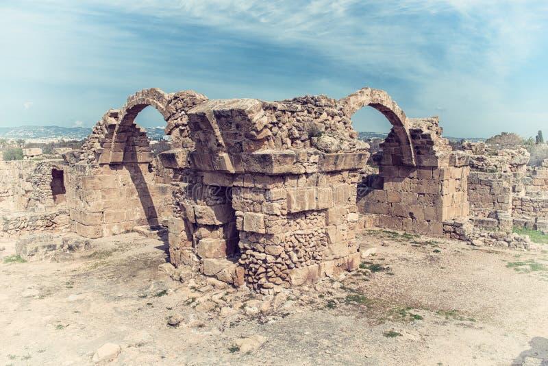 Saranta Kolones, ruinierte mittelalterliche Festung in archäologischem Park Paphos, Zypern lizenzfreie stockfotografie
