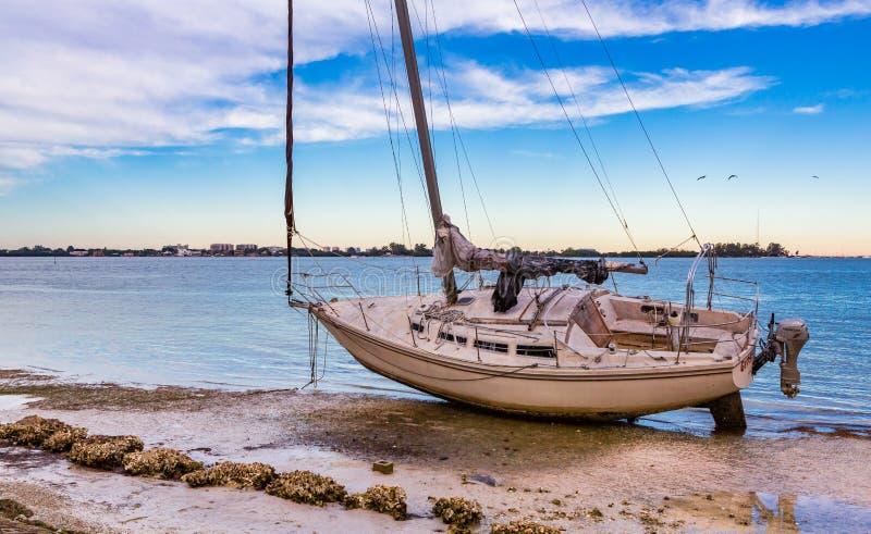 Sarasota, FL 20-ое января - приставанный к берегу парусник после редкого торнадо ударил Sarasota последний январь 2016 стоковые фото