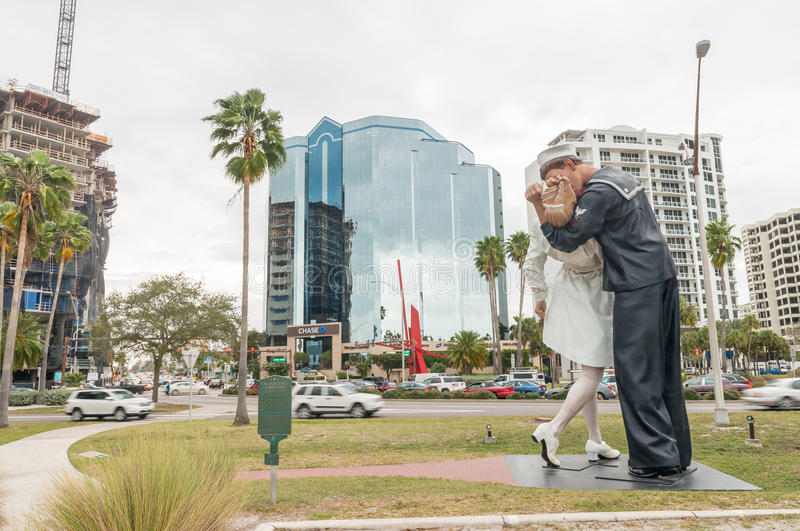 SARASOTA, FL - 13 JANUARI: Het standbeeld getiteld Onvoorwaardelijke Surrende royalty-vrije stock afbeeldingen