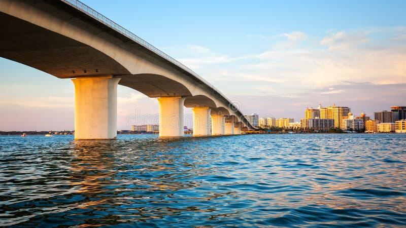 Sarasota, Florida horisont och bro över fjärden arkivbilder