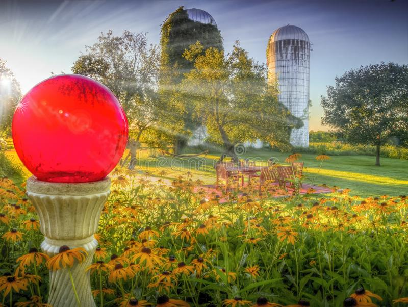 Saratoga wiosny gospodarstwo rolne z silosem, słońce wzrostem i dzikimi kwiatami, obrazy royalty free