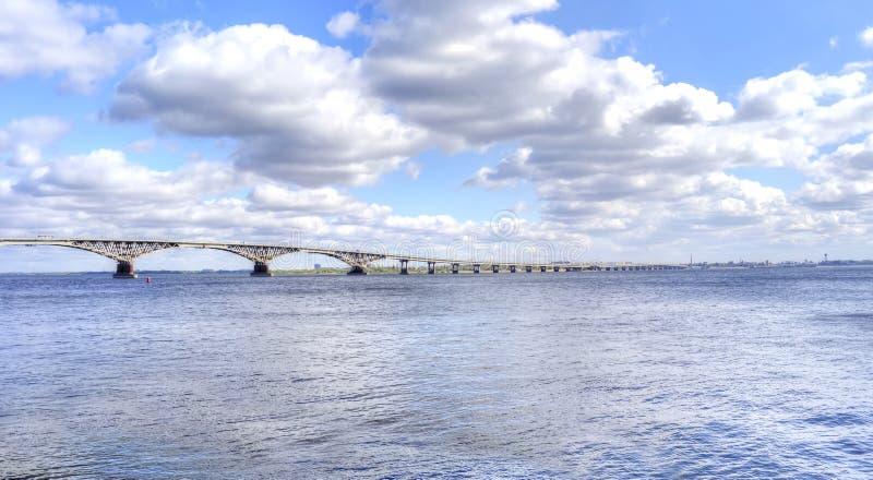 saratov Bro över floden Volga royaltyfri foto