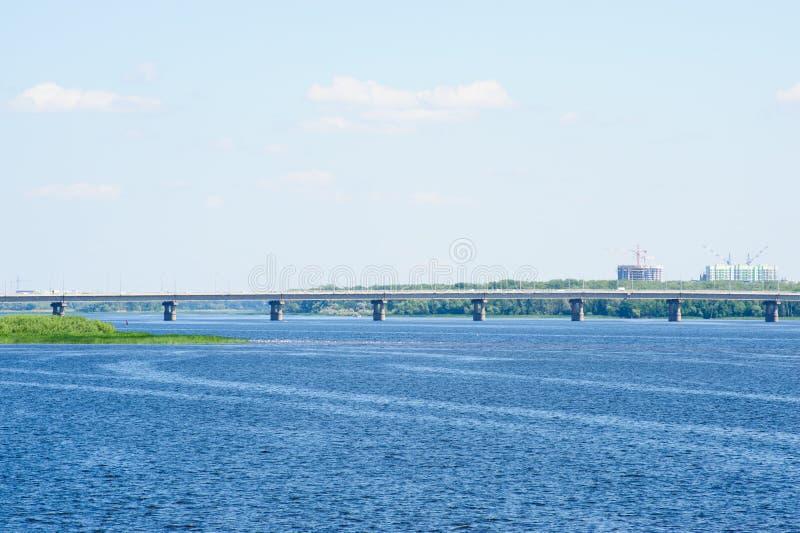 Saratov bro som korsar Volgaet River royaltyfri fotografi