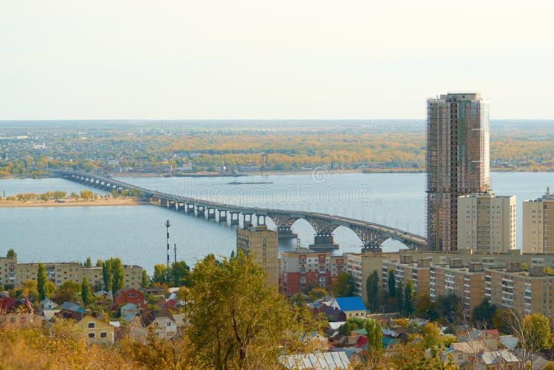 Saratov Engels bro över Volgaen arkivbilder