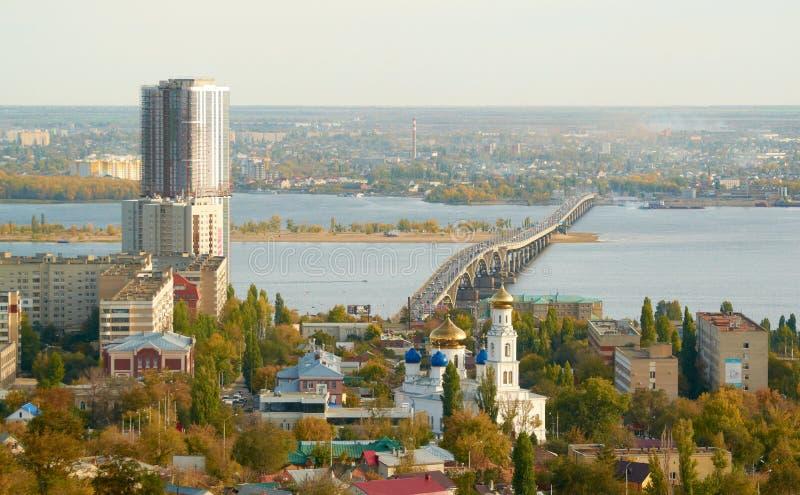 Saratov Engels bro över Volgaen arkivfoton