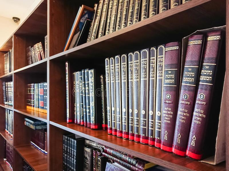 Saratov/Rússia - 25 de fevereiro de 2018: Biblioteca na sinagoga livros Multi-coloridos na estante na biblioteca imagens de stock royalty free