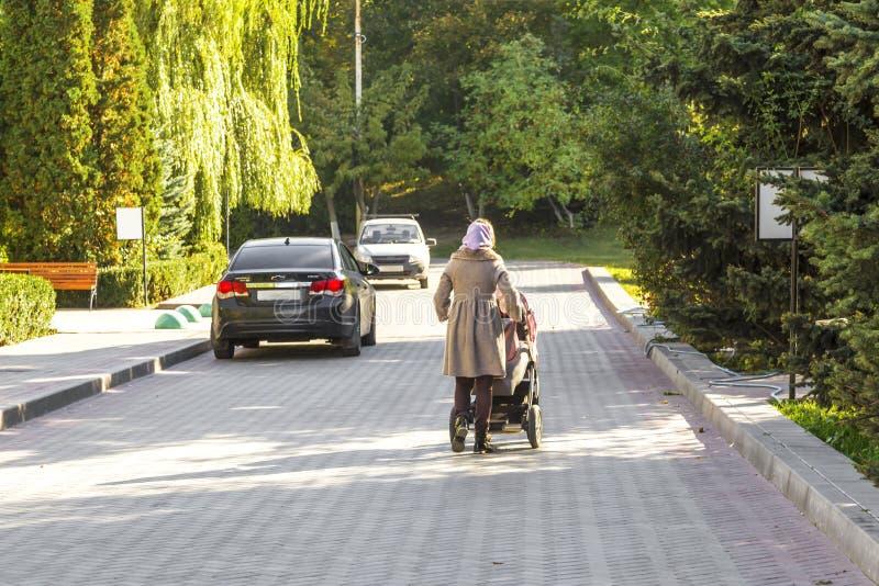 Saratov, Rússia - 10/07/2018: A mãe da jovem mulher anda com o c fotos de stock