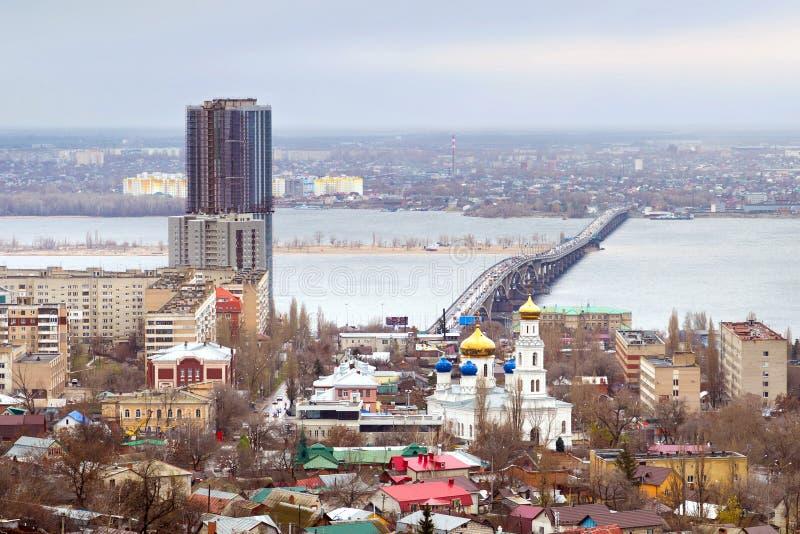Saratov. Rússia. Ponte da estrada sobre o rio Volga foto de stock royalty free