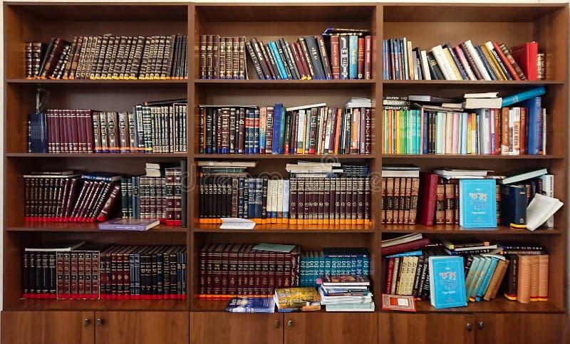 Saratov, Rosja, Luty/- 25, 2018: Biblioteka w synagoga Barwić książki na półka na książki w bibliotece zdjęcie royalty free