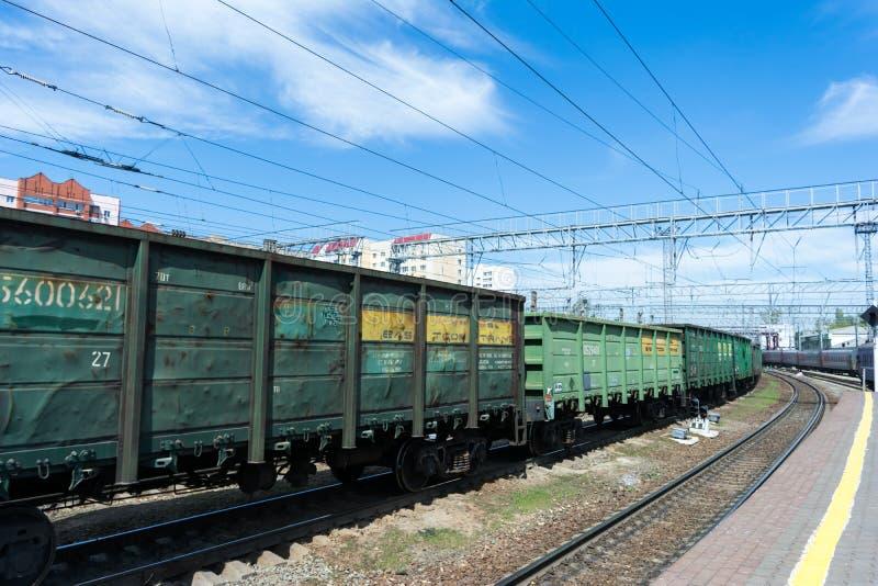 SARATOV, RUSIA - 6 DE MAYO DE 2017: Tren de carga en el ferrocarril Coches de metal oxidados viejos imagen de archivo