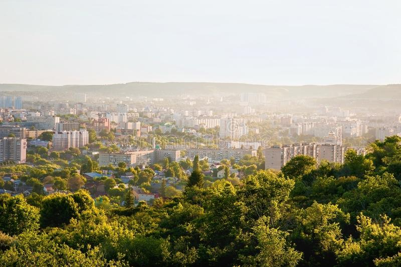 Saratov, Rusia, vista de las casas, el río Volga, el puente a Engels El paisaje de la ciudad imagen de archivo libre de regalías