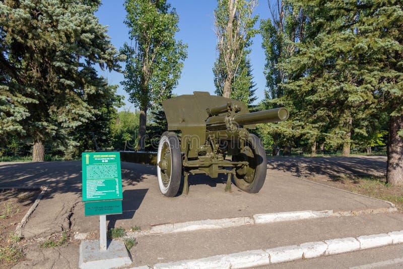 Saratov Ryssland - Augusti 16, 2018: Sovjetiskt haubits-vapen för mm 122 i Victory Park fotografering för bildbyråer