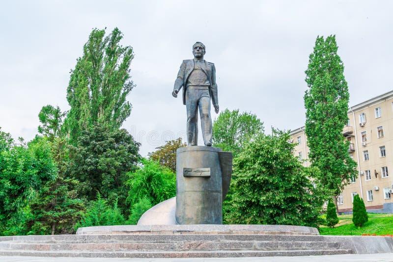 Saratov/Ryssland - Juli 18, 2018: Bronsskulptur av den ryska kosmonautet Yuri Gagarin på Volgaet River i Saratov fotografering för bildbyråer