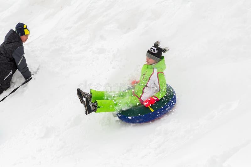 Saratov/Ryssland - mars 8, 2018: Barnritt med en isglidbana snowman för sand för hav för bakgrundsstrand exotisk gjord tropisk se royaltyfria bilder