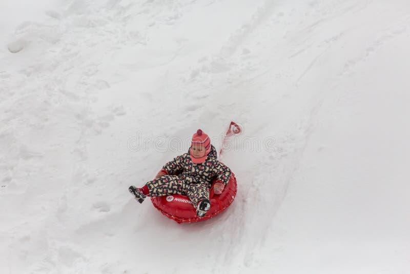 Saratov/Ryssland - mars 8, 2018: Barnritt med en isglidbana snowman för sand för hav för bakgrundsstrand exotisk gjord tropisk se royaltyfri fotografi