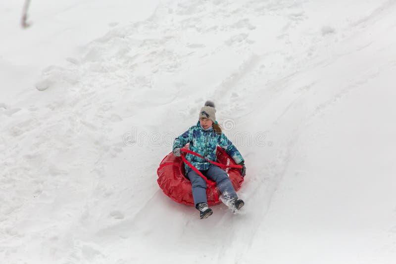 Saratov/Ryssland - mars 8, 2018: Barnritt med en isglidbana snowman för sand för hav för bakgrundsstrand exotisk gjord tropisk se royaltyfria foton