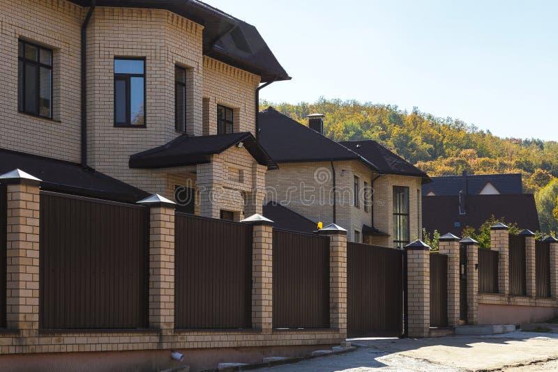 Saratov Ryssland - 10/07/2018: Sikt av flera nya byggda stugor i Ryssland Köp hyra, sa royaltyfri fotografi