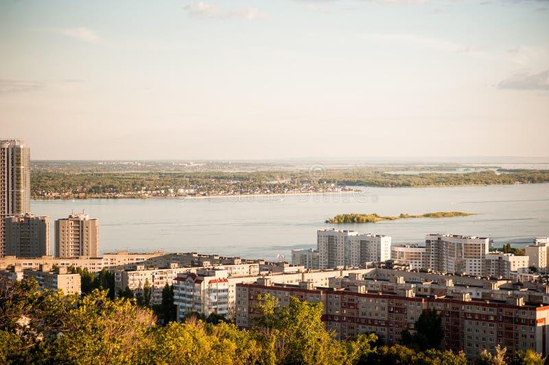 Saratov Ryssland, sikt av husen, Volgaet River, bron till Engels Landskapet från en höjd royaltyfri fotografi