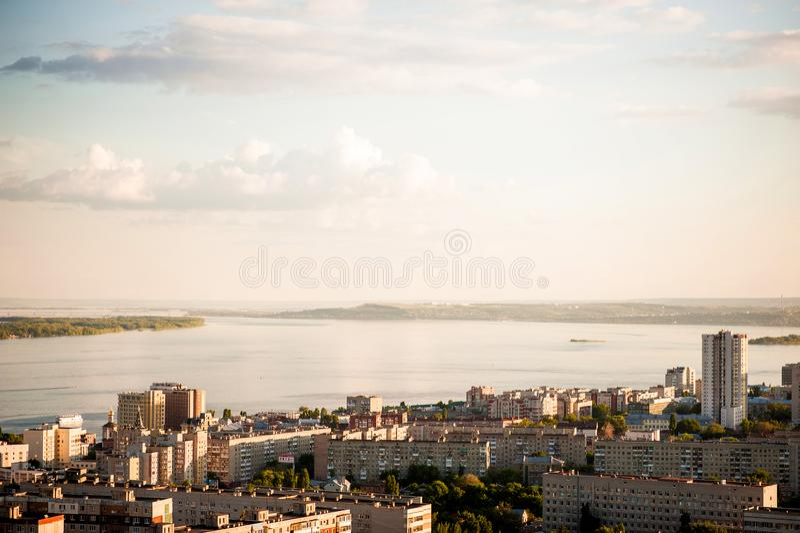 Saratov Ryssland, sikt av husen, Volgaet River, bron till Engels Landskapet från en höjd royaltyfria bilder