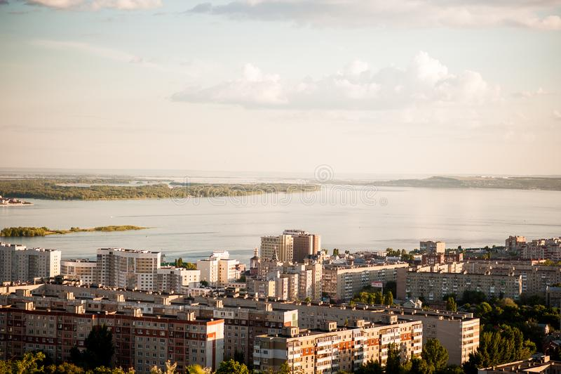 Saratov Ryssland, sikt av husen, Volgaet River, bron till Engels Landskapet från en höjd fotografering för bildbyråer