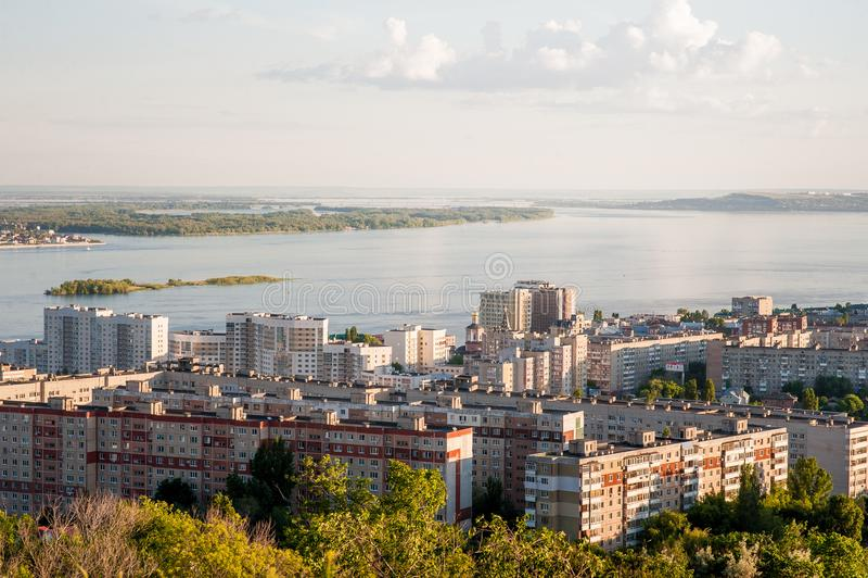 Saratov Ryssland, sikt av husen, Volgaet River, bron till Engels Landskapet av staden royaltyfria bilder