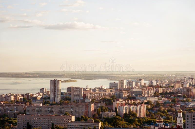 Saratov Ryssland, sikt av husen, Volgaet River, bron till Engels Landskapet av staden royaltyfria foton