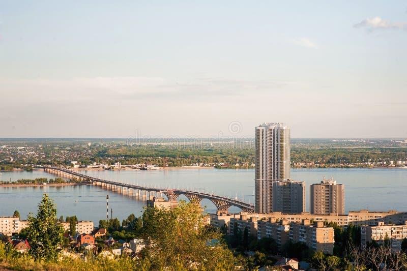 Saratov Ryssland, sikt av husen, Volgaet River, bron till Engels Landskapet av staden arkivbild
