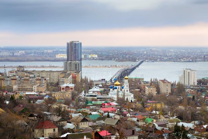 saratov Ryssland Vägbro över floden Volga royaltyfri fotografi