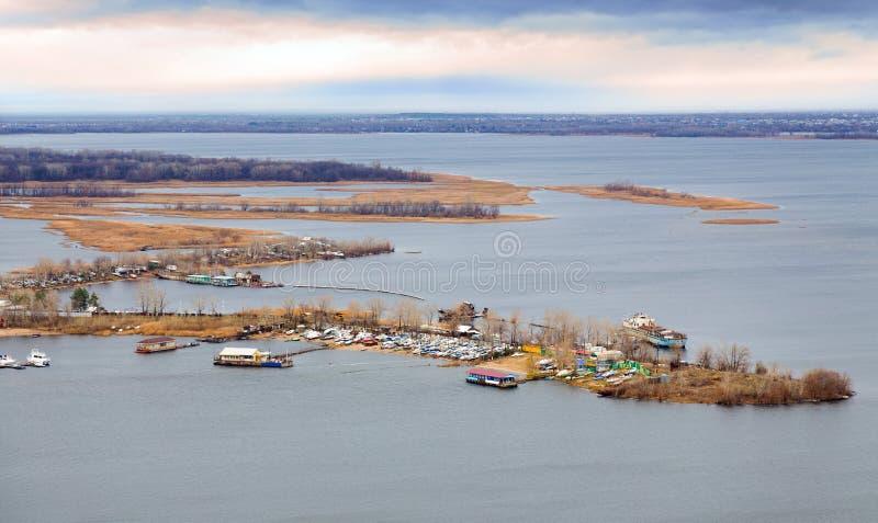 saratov Sikt av ön Zelenyy på Volga River Ryssland arkivbild