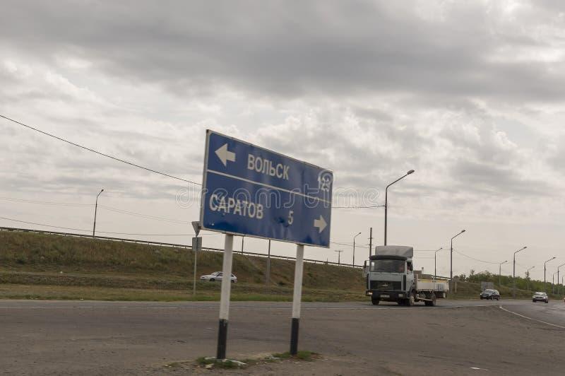 Saratov-Volsk Rusia 1 de agosto de 2017 Camino y puente con los coches traveling foto de archivo