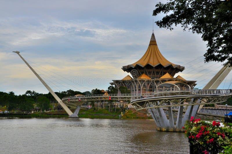 Sarawak-Zustandsversammlungs-Parlamentsgebäude mit Harmoniebrücke über Fluss Kuching Ost-Malaysia stockfotos