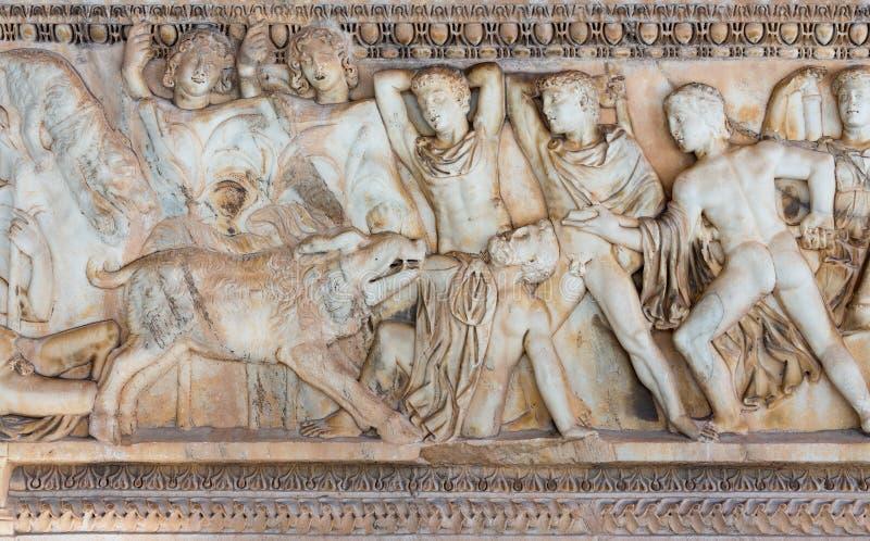 Sarcófago do grego clássico com um relevo sobre a caça do varrão de Calydonian fotografia de stock
